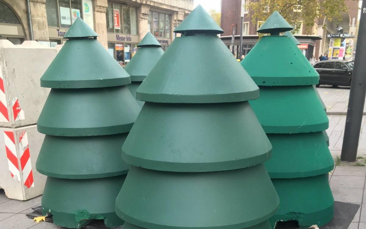 Grüne Betontannen auf dem Weihnachtsmarkt